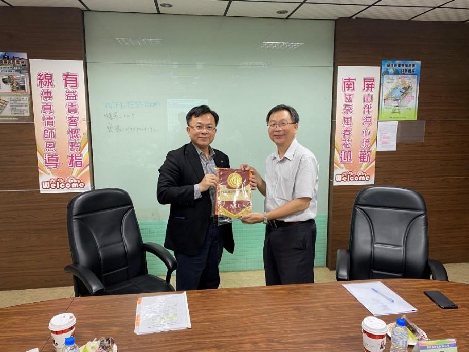 圖1陳代理主委耀祥致贈紀念品予屏南有線電視總經理康宗興