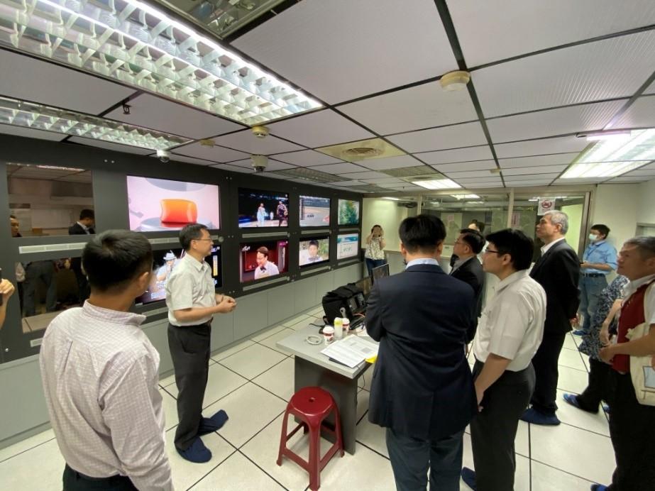 圖3康總經理向本會委員及同仁介紹屏南有線電視訊號品質監控作業(一)