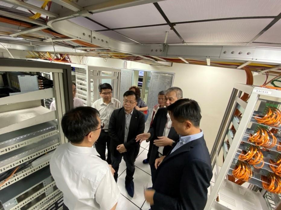 圖5康總經理向本會委員及同仁介紹屏南有線電視機房維運作業