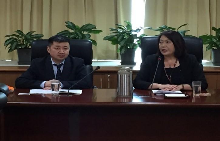 圖1:NCC詹婷怡主委(右)致詞中與蒙古CRC副主委Mr. SEREEDORJ Dashzeveg(左)。