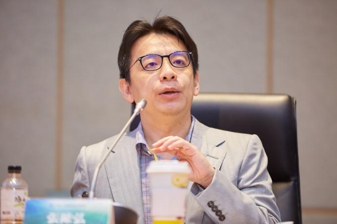 輔仁大學法律學系張陳弘助理教授做第四場次報告。