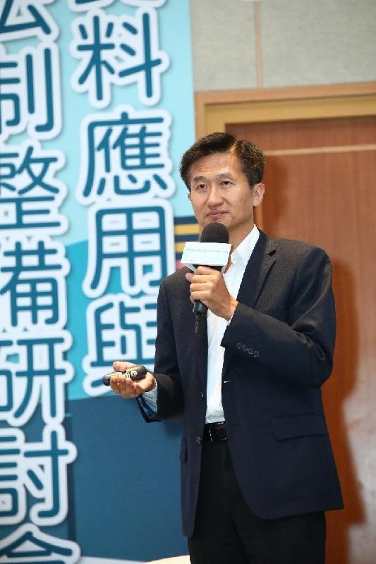 臺北大學經濟系郭文忠教授(NCC前委員)參與「2020通傳資料應用與法制整備研討會」與談會議說明。