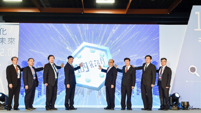 由行政院蘇院長貞昌(右4)偕同貴賓為資訊月活動揭開序幕。