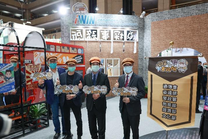賴副總統清德(右2)參觀「iWIN網路偵探事務所」展覽館。