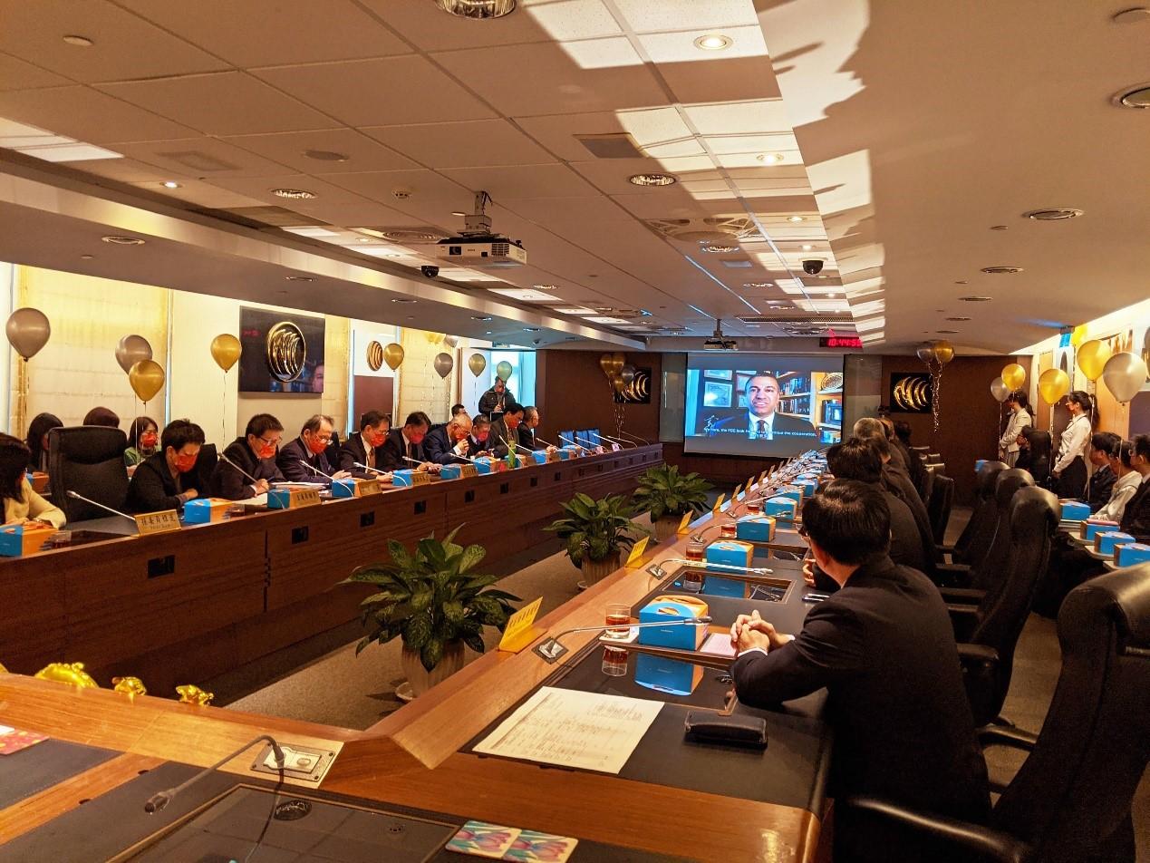 播放友好國際通傳組織所錄製之祝福影片,圖中螢幕上為美國聯邦通訊傳播委員會(FCC) 前主任委員Mr. Ajit Pai。