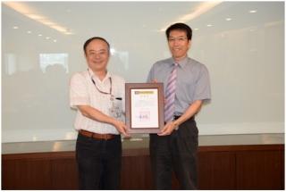 本會石主任委員世豪頒發感謝狀給TTC前董事長李大嵩教授