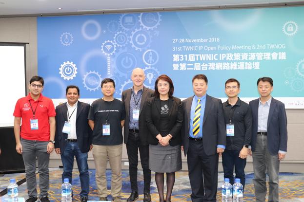 參與會議的專家學者於活動中合影留念,詹主委(右4)、APNIC主席Paul Wilson(左4)、TWNIC卓董事長(右3)、APNIC經理George Kuo(右2)、TWNIC黃執行長(右1)、APNIC執行委員 Kam Sze Yeung(左3)、ICANN工程經理Champika Wijayatunga (左2)、Hurricane公司經理Anurage Bhatia(左1)。