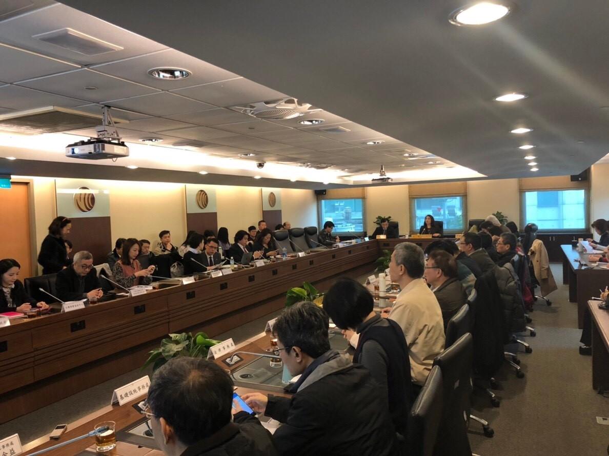 相關大型網路平臺、社群媒體、通訊軟體等業者、民間團體、專家學者及行政機關代表參加座談會