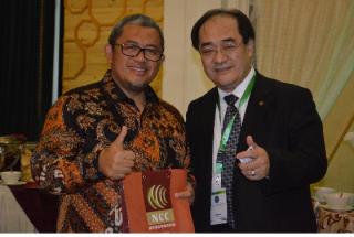 在歡迎晚宴上,何委員吉森將本次與會贈品贈予印尼西爪哇省省長Mr. Ahmad Heryawan,感謝其邀請本會代表與會