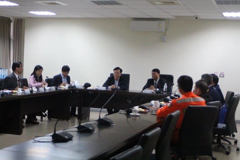 本會陳代主委耀祥(左4)、郭委員文忠(左3)、洪委員貞玲(左2)等聽取海巡署艦隊分署第一海巡隊簡報及互動情形