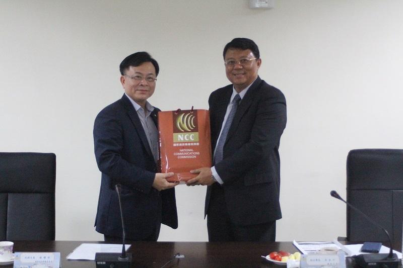 陳代主委耀祥(左)與海洋委員會海巡署艦隊分署副分署長吳金河合影