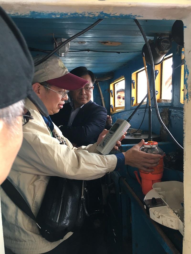 本會陳代主委耀祥(右)登船視察漁船電臺審驗情形